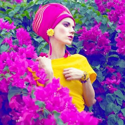 Quadro menina sensual oriental nas flores