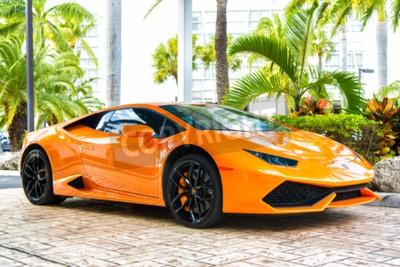 Quadro Miami, Flórida, EUA-19 de fevereiro de 2016: Supercar Lamborghini Aventador cor laranja estacionado ao lado de Ocean drive em South bech em Miami, Flórida. Lamborghini é carro de marca de automóvel ca