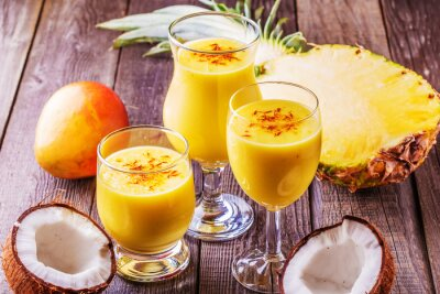 Quadro Milkshake tropical com ingredientes.
