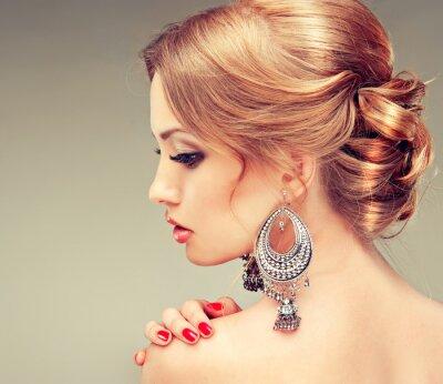 Quadro Modelo com unhas vermelhas e um penteado bonito