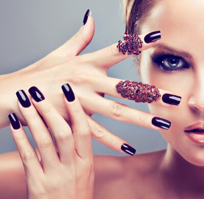 Quadro Modelo louro com manicure Borgonha