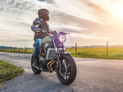 Quadro Moto na estrada equitação. Se divertir a cavalo a estrada vazia em uma moto tour / viagem