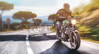 Quadro moto na estrada. se divertindo dirigindo a estrada vazia em uma viagem de motocicleta. copyspace para seu texto individual.