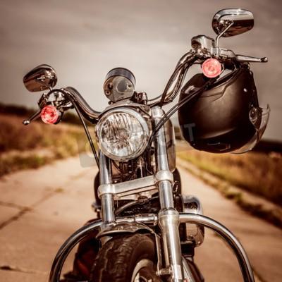 Quadro Motocicleta na estrada com um capacete no guidão.
