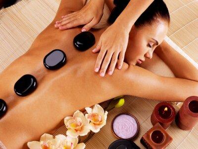 Quadro Mulher adulta que tem a massagem de pedras quentes no salão de beleza spa