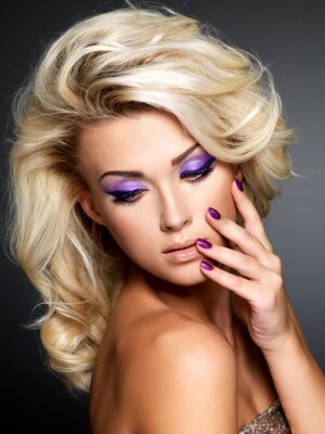 Quadro Mulher bonita com a beleza roxo manicure e maquiagem de olhos.