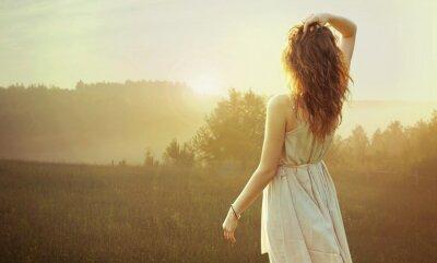 Quadro Mulher bonita morena assistindo ao pôr do sol