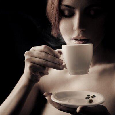 Quadro Mulher bonita que bebe o café. Espaço para o texto