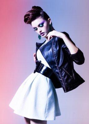 Quadro mulher bonita vestida de punk elegante posando dramática