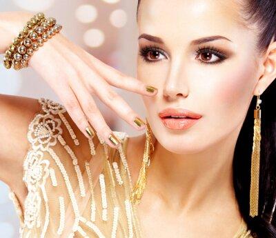 Quadro Mulher com unhas douradas e belas jóias de ouro