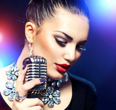 Quadro Mulher de canto com microfone retro