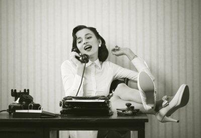 Quadro Mulher falando ao telefone na mesa