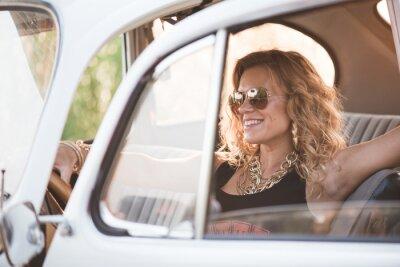 Quadro Mulher feliz, despreocupada desfrutar de um carro retro, dia de verão quente.