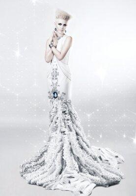 Quadro Mulher loura no vestido longo branco com diamante