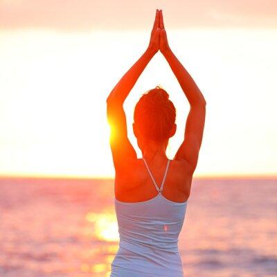 Quadro Mulher Meditação Yoga meditando na praia do por do sol