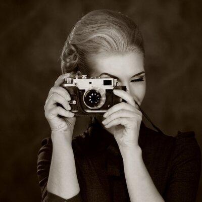 Quadro Mulher no vestido clássico com câmera retro.