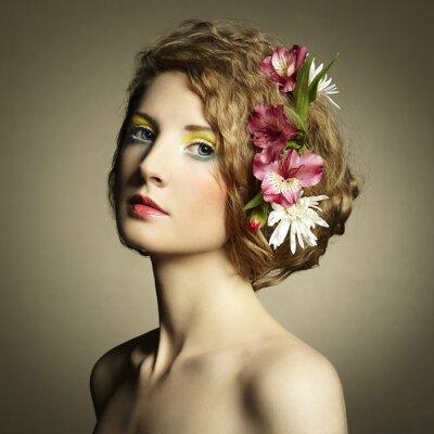 Quadro Mulher nova bonita com flores delicadas em seus cabelos