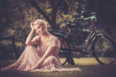 Quadro Mulher retro elegante no vestido de verão