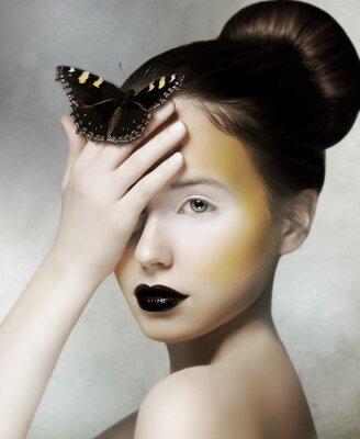 Quadro Mulher Romântica segurando borboleta em sua mão. Fantasia