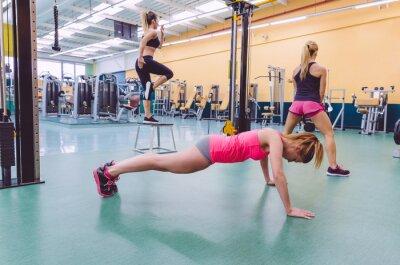Quadro Mulheres Formação de Grupo em um circuito CrossFit