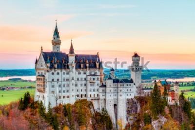 Quadro Neuschwanstein, encantadora paisagem de outono Panorama Foto do castelo de conto de fadas perto de Munique, na Baviera, Alemanha, com árvores coloridas nas primeiras horas da manhã