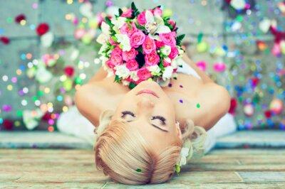 Quadro Noiva loura bonita com um buquê de flores