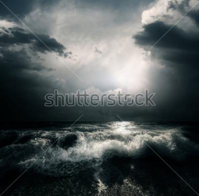 Quadro Nuvens de tempestade e as ondas enormes em mar