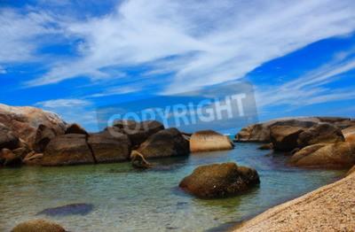 Quadro O mar bela praia e água clara de ar fresco Mar frio de natação.