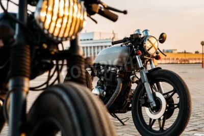 Quadro O velomotor feito sob encomenda do piloto do café da motocicleta do vintage com luzes da lâmpada girou sobre. Um com o farol da grade outro com a fita cruz sobre a óptica no lote de estacionamento vaz