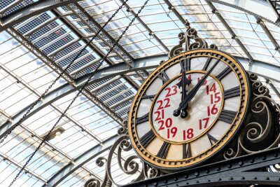 Quadro Old-fashioned style clock at Kings Cross train station in London