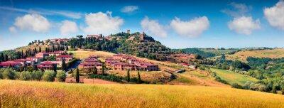 Quadro Opinião colorida da mola da cidade de Pienza. Panorama pitoresco da manhã de Toscânia, d'Orcia de San Quirico, Itália, Europa. Beleza do fundo do conceito de campo.