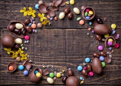 Quadro Ovos de páscoa do chocolate e doces no fundo de madeira