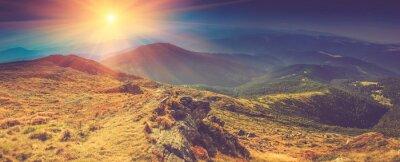 Quadro Paisagem panorâmico bonita nas montanhas no sol.