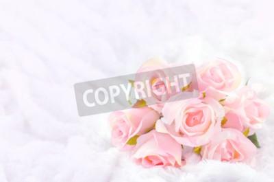 Quadro Pastel Colorido Artificial Pink Rose Bouquet nupcial no fundo de peles brancas com tom de vintage macio