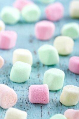 Quadro Pequenos marshmallows coloridos no fundo de madeira