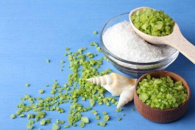 Quadro Perfumado, verde, branca, mar, sal, é, em, Um, vidro, tigela, e, madeira, bowl.Satztered, em, a, verde, mar, sal, com, mar, conchas, ligado, Um, azul, madeira, tabela, com, mar, conchas