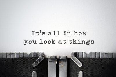 Quadro Perspectivas. Citações inspiradas datilografado em uma máquina de escrever velha.