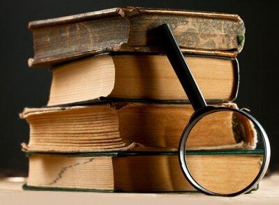 Quadro Pilha de livros velhos com lupa