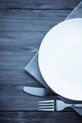 Quadro placa branca, faca e garfo na madeira