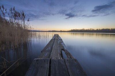 Quadro ponte de madeira sobre um rio de manhã