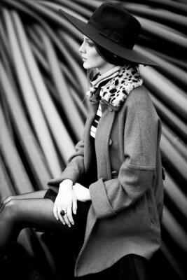 Quadro preto e branco da forma da mulher