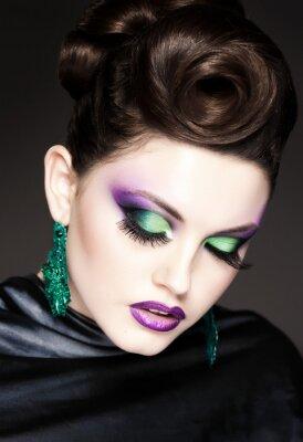 Quadro profissional azul maquiagem e penteado em face bonita da mulher