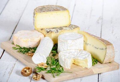 Quadro queijo diferente com nozes em uma placa de madeira branca