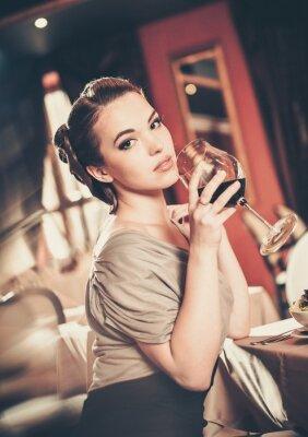 Quadro Rapariga bonita com vidro do vermelho winein um restaurante