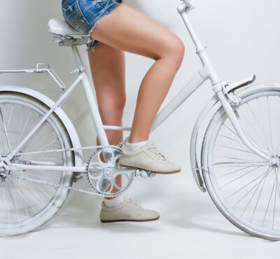 Quadro Rapariga que monta uma bicicleta vintage