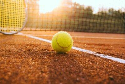 Quadro Raquete de tênis e uma bola na quadra de saibro