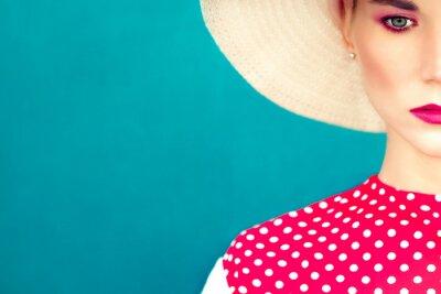 Quadro retrato close-up de retro menina no fundo azul