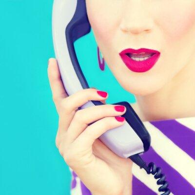 Quadro retrato close-up de uma menina retro com telefone
