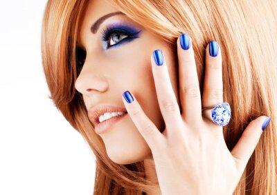 Quadro retrato de uma bela mulher com as unhas azuis, maquiagem azul