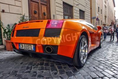 Quadro Roma, 23 de outubro de 2010: Um Lamborgini está estacionado em uma rua de paralelepípedos.
